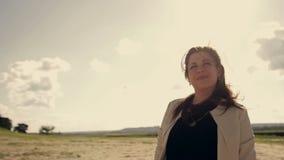 Het meisje baadt in de zon stock videobeelden