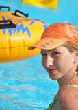 Het meisje baadt in pool royalty-vrije stock foto's