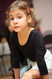 Het meisje in balletklasse zit op koord royalty-vrije stock foto's