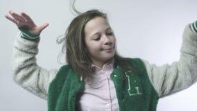 Het meisje begaat het dansen bewegingen in langzame motie stock video