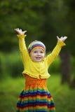 Het meisje begroet omhoog handen stock fotografie