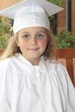 Het meisje behaalt Kleuterschool een diploma Royalty-vrije Stock Afbeelding