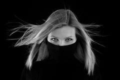 Het meisje behandelt haar mond met een zwarte col royalty-vrije stock foto