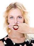 Het meisje behandelt haar mond met hand stock foto's