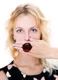 Het meisje behandelt haar mond met hand stock afbeeldingen