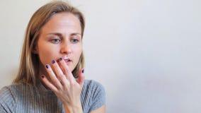 Het meisje behandelt koortsblaasjes op de lippenzalf stock footage