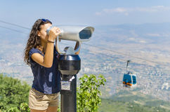 Het meisje bekijkt binoculair in werking gesteld muntstuk Royalty-vrije Stock Foto's