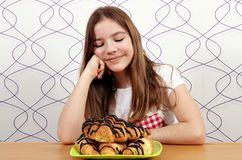 Het meisje bekijkt het croissant royalty-vrije stock afbeelding