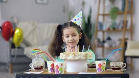 Het meisje bekijkt de cake stock video