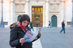 Het meisje bekijkt de kaart van Rome Stock Afbeelding