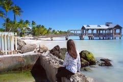 Het meisje bekijkt de oude Key West-pijler Stock Afbeelding