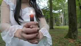 Het meisje bekijkt het branden van kaars, kerk op a stock video