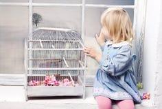 Het meisje bekijkt het venster royalty-vrije stock fotografie