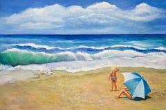 Het meisje bekijkt Strandgolven Stock Afbeelding
