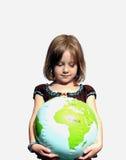 Het meisje bekijkt wereld met wonder Stock Foto