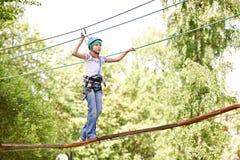 Het meisje beklimt aan hoge kabelbrug Royalty-vrije Stock Foto
