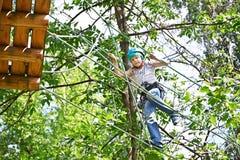 Het meisje beklimt aan hoge kabelbrug Stock Fotografie