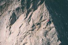 Het meisje beklimt de rots Stock Fotografie