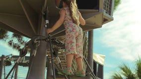 Het meisje beklimt de touwladder stock footage