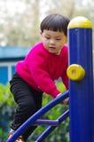 het meisje beklimt ladder stock afbeelding