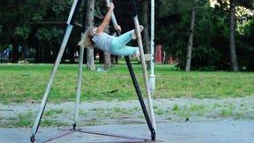 Het meisje beklimt op basketbalpolen en springt neer stock video
