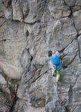 Het meisje beklimt op de rots royalty-vrije stock fotografie