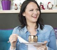 Het meisje is bereid om een chocoladecake te eten royalty-vrije stock fotografie