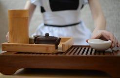 Het meisje bereidt een reeks voor thee voor Stock Afbeelding