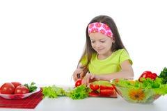 Het meisje bereidt salade voor Stock Afbeeldingen