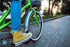 Het meisje berijdt een fiets Royalty-vrije Stock Foto