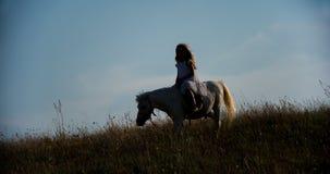 Het meisje berijdt een poney stock videobeelden