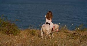 Het meisje berijdt een poney stock footage