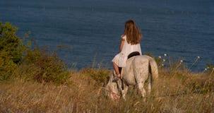 Het meisje berijdt een poney stock video