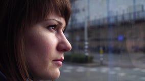Het meisje berijdt een tram aan Amsterdam en kijkt uit het venster stock videobeelden