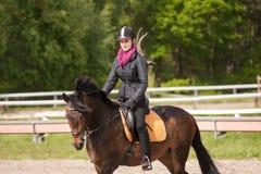 Het meisje berijdt haar poney Royalty-vrije Stock Afbeeldingen
