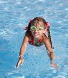 Het meisje in beschermende brillen zwemt. Zwembad. Stock Foto
