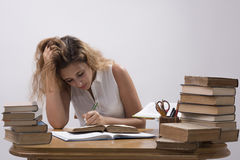 Het meisje bestudeert boek Royalty-vrije Stock Foto's