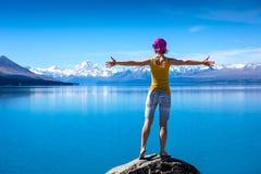 Het meisje bevindt zich bovenop de rots en geniet van de mening royalty-vrije stock foto