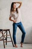 Het meisje bevindt zich dichtbij de muur in de Studio Royalty-vrije Stock Foto