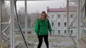 Het meisje bevindt zich in een verlaten vernietigd gebouw en begint uit het te komen stock footage
