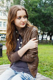 Het meisje bevriest op een bank Royalty-vrije Stock Afbeelding