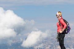 Het meisje bewondert vanaf de bovenkant van de berg royalty-vrije stock foto's