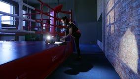 Het meisje is bezig geweest met de het in dozen doen gymnastiek stock video