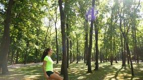 Het meisje is bezig geweest met geschiktheid in de bosbus voor Kangoo-Sprong Een populair soort aerobics stock footage