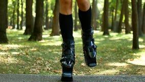 Het meisje is bezig geweest met geschiktheid in de bosbus voor Kangoo-Sprong Een populair soort aerobics stock video