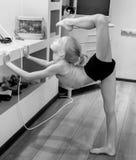Het meisje is bezig geweest met gymnastiek Stock Foto