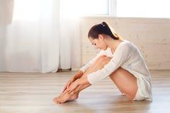 Het meisje is bezig geweest met gymnastiek en geschiktheid royalty-vrije stock fotografie