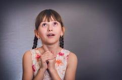 Het meisje bidt Stock Afbeeldingen