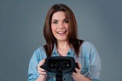 Het meisje biedt aan om glazen virtuele werkelijkheid, VR-beschermende brillen, VR-Hoofdtelefoon glazen te dragen Royalty-vrije Stock Fotografie