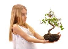 Het meisje biedt boom aan Stock Foto
